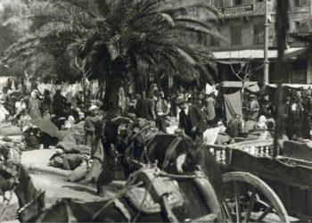 Πειραιάς 1922. Μικρασιάτες πρόσφυγες γύρω από το ξενοδοχείο «Η Ανατολή» (πηγή: Αρχείο ΕΡΤ / Π. Πουλίδης)
