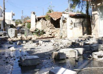 Τοίχοι οικίας πού είχε καταρρεύσει στο Αρκαλοχώρι Ηρακλείου, Κρήτης (φωτ.: ΑΠΕ-ΜΠΕ/Νίκος Χαλκιαδάκης)