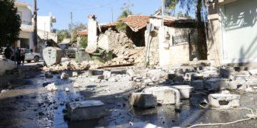 Τοίχοι οικίας κατέρρευσαν στο Αρκαλοχώρι Ηρακλείου, Κρήτης (φωτ.: ΑΠΕ-ΜΠΕ/Νίκος Χαλκιαδάκης)