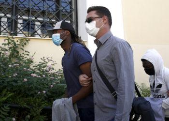 Ο ποδοσφαιριστής του Ολυμπιακού Ρούμπεν Σεμέδο οδηγείται στον ανακριτή για να απολογηθεί σχετικά με την κατηγορία για βιασμό που του έχει απαγγελθεί, Αθήνα, Τρίτη 31 Αυγούστου 2021 (φωτ.: ΑΠΕ-ΜΠΕ/ Γιάννης Κολεσίδης)