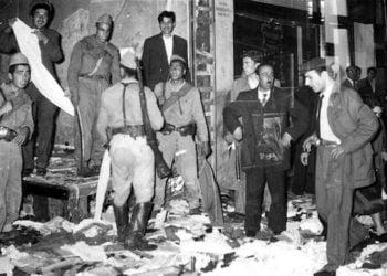 Εικόνα από τις καταστροφές των Τούρκων σε ελληνικά σπίτια και καταστήματα, στα «Σεπτεμβριανά» το 1955 (φωτ.: pappaspost.com)