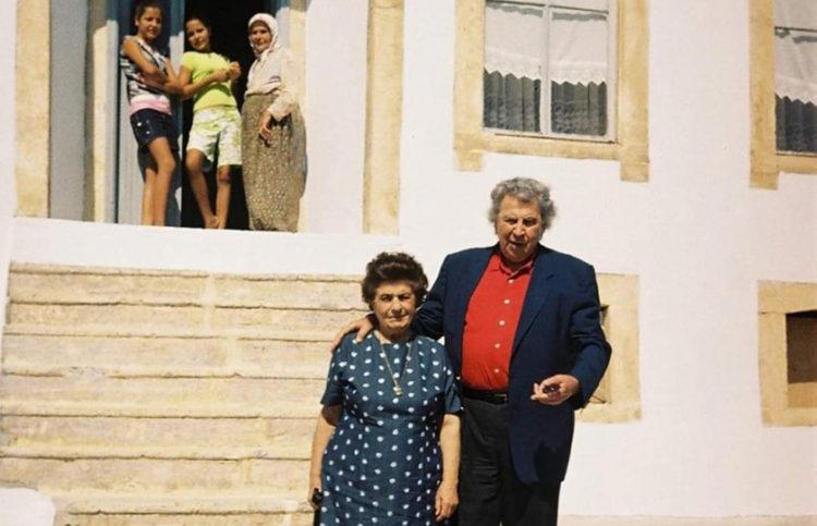 Ο Μίκης Θεοδωράκης με τη σύζυγό του Μυρτώ τον Σεπτέμβριο του 2005 έξω από το πατρικό της μητέρας του στον Τσεσμέ (πηγή: Politischios / Serhat Karaaslan)