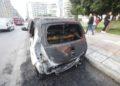 Ένα από τα καμένα ΙΧ, έξω από το ΑΠΘ, σήμερα το πρωί (φωτ.:ΜΟΤΙΟΝΤΕΑΜ/Γιώργος Κωνσταντινίδης)
