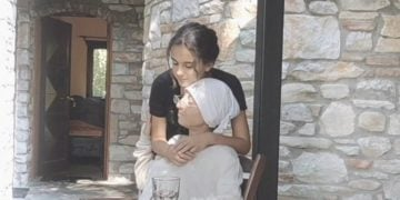 Η γραία Άννα με την«εγγονή» της στην ταινία μικρού μήκους «Να γελάς» (πηγή: YouTube)