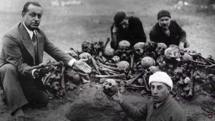 Οστά θυμάτων της Γενοκτονίας των Αρμενίων από την περιοχή Ντέιλ αλ Ζορ της Συρίας (πηγή: Τρέιλερ της ταινίας «Νέα πατρίδα»)