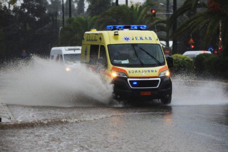 Ασθενοφόρο κινείται στη λεωφόρο Βασ. Κωνσταντίνου, στην Αθήνα, ενώ οι δρόμοι είναι πλημμυρισμένοι από την καταρρακτώδη βροχή (φωτ.: ΑΠΕ-ΜΠΕ/ΑΛΕΞΑΝΔΡΟΣ ΒΛΑΧΟΣ)