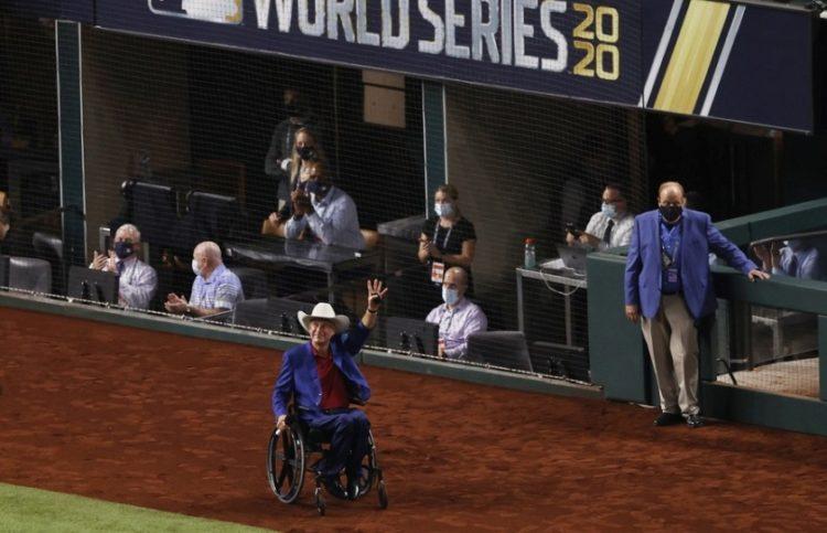 Ο κυβερνήτης του Τέξας Γκρεγκ Άμποτ, σε γήπεδο του μπέιζμπολ στο Άρλινγκτον, πέρυσι τον Οκτώβριο (φωτ.: EPA/JOHN G. MABANGLO)