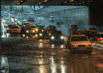 Οχήματα διασχίζουν τη Λεωφ. Κηφισίας στο ύψος του Νέου Ψυχικού, που έχει πλημμυρίσει λόγω της καταρρακτώδους βροχής που πέφτει τις τελευταίες ώρες στην Αττική (φωτ.: ΑΠΕ-ΜΠΕ/ΑΛΕΞΑΝΔΡΟΣ ΒΛΑΧΟΣ)