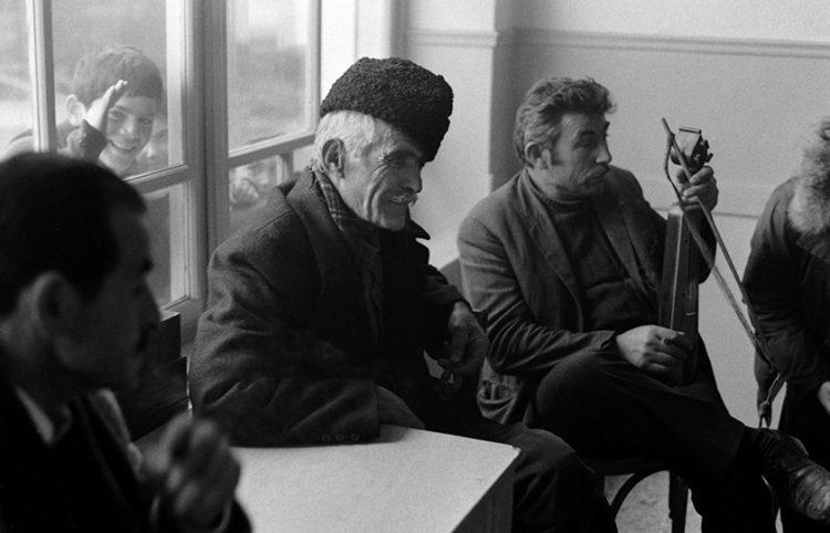 Φωτογραφία του Martin Koenig μέσα σε ποντιακό καφενείο στο χωριό Κομνηνά, το 1974 (πηγή: ΑΠΕ-ΜΠΕ)