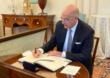Ο Νίκος Δένδιας υπογράφει την αμυντική συμφωνία με τον Άντονι Μπλίνκεν, στο Στέιτ Ντιπάρτμεντ (φωτ.: twitter.com/ NikosDendias)