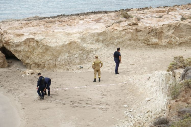 Aστυνομικοί τοποθετούν κορδέλες μετά από κατολισθήσεις σε παραλία στον Ξερόκαμπο Σητείας, μετά από τον ισχυρό σεισμό 6,3 Ρίχτερ που σημειώθηκε ανατολικά της Ζάκρου στην Κρήτη (φωτ.: ΑΠΕ-ΜΠΕ/ΝΙΚΟΣ ΧΑΛΚΙΑΔΑΚΗΣ)