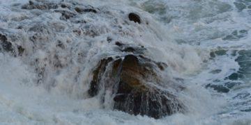 Κύματα χτυπούν στα βράχια λόγω των δυνατών νοτιάδων στην παραλία της Αρβανιτιάς στο Ναύπλιo (φωτ. αρχείου: ΑΠΕ-ΜΠΕ /Ευάγγελος Μπουγιώτης)