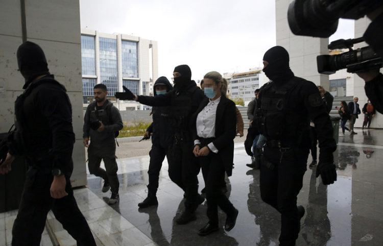 Η κατηγορούμενη για την επίθεση με καυστικό υγρό σε βάρος της Ιωάννας Παλιοσπύρου οδηγείται συνοδεία αστυνομικών στην αίθουσα του Μικτού Ορκωτού Δικαστηρίου (φωτ.: ΑΠΕ-ΜΠΕ / Αλέξανδρος Βλάχος)