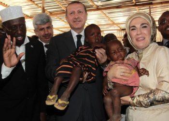 Στιγμιότυπο από παλαιότερη επίσκεψη του Ρετζέπ Ταγίπ Ερντογάν και της συζύγου του Εμινέ στη Σομαλία (φωτ. αρχείου: nordicmonitor.com/)