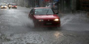 Οχήματα κινούνται στη Λ. Βουλιαγμένης που έχει πλημμυρίσει λόγω της καταρρακτώδους βροχής (φωτ.: ΑΠΕ-ΜΠΕ / Ορέστης Παναγιώτου)
