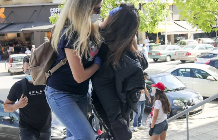 Η κόρη του 49χρονου ταξιτζή κατά τη μεταγωγή της στα δικαστήρια της Θεσσαλονίκης