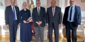 Ο Μάξιμος Χαρακόπουλος με την πρέσβη της Ελλάδας, τον Μορφωτικό Ακόλουθο κ. Δημήτρη Γιαλαμά και τον Σύμβουλο της ΔΣΟ κ. Κώστα Μυγδάλη