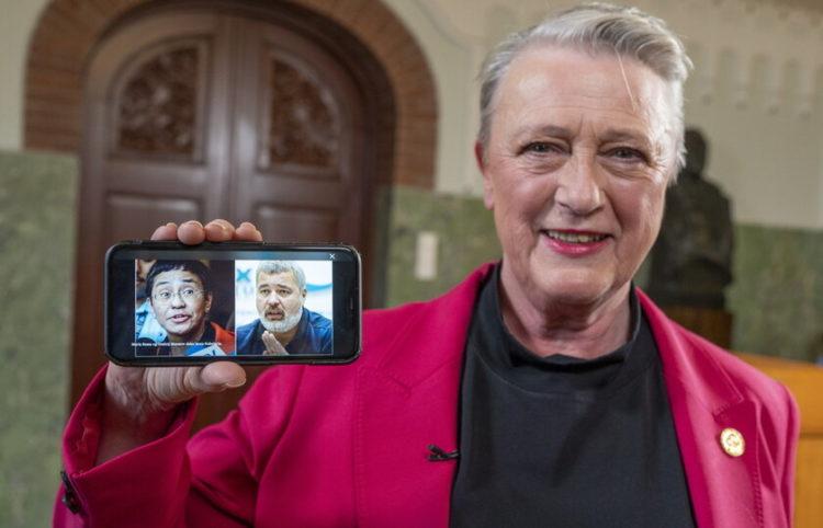 Η πρόεδρος της Νορβηγικής Επιτροπής του Νόμπελ Μπέριτ Ράις-Άντερσεν δείχνει τους δύο νικητές (φωτ.: EPA/ Heiko Junge)