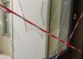Σπασμένη τζαμαρία στο Πανεπιστημιακό Νοσοκομείο Ιωαννίνων (φωτ.: epiruspost.gr)
