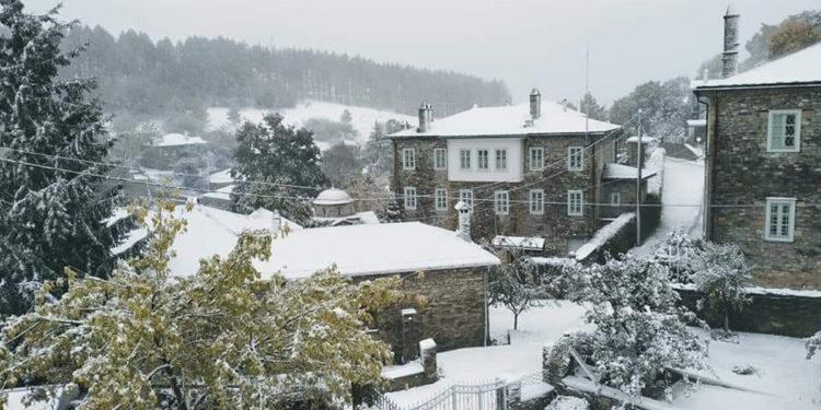 Το χιονισμένο Νυμφαίο (φωτ.: Facebook / Μιχάλης Τσίρλης)