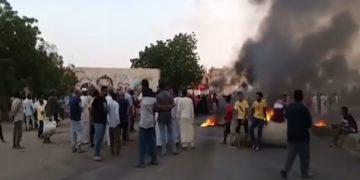 Διαδηλωτές στο Χαρτούμ διαμαρτύρονται για το πραξικόπημα(Φωτ.: YouTube / BBC)