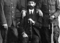 Ο Χασάν Πασάς (στο μέσο), ο τελευταίος Τούρκος διοικητής της Νάουσας (πηγή: «ΝΙΑΟΥΣΤΑ»)