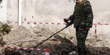 Ένα παλιό μεγάλου διαμετρήματος βλήμα πυροβολικού, πιθανό του Β' Παγκοσμίου Πολέμου, βρέθηκε κατά τη διάρκεια εκσκαφών για νεοαναγειρόμενη οικοδομή, στην οδό Σολομού με Κονδύλη στην πόλη των Τρικάλων, το Σάββατο 23 Οκτωβρίου 2021. Αμέσως οι εκσκαφές σταμάτησαν και η Αστυνομία απέκλεισε το σημείο για ασφάλεια, έως ότου ομάδα πυροτεχνουργών του Τάγματος Εκκαθάρισης Ναρκοπεδίων Ξηράς (ΤΕΝΞ) μετά από πολύωρη διαδικασία το απομάκρυνε από την περιοχή  και το μετέφερε για εξουδετέρωση σε πεδίο βολής του νομού Τρικάλων.(Φωτ.: EUROKINISSI / Θανάσης Καλλιάρας)